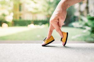 指に靴を履かせて歩く