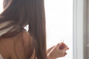 婚約指輪を持つ女性