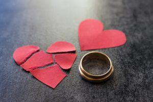 結婚指輪と傷ついた赤い心