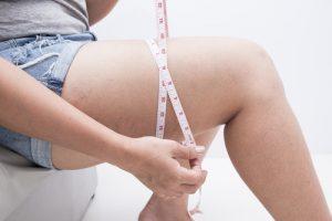 腿を測っている女性