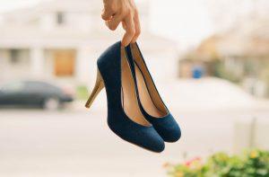 靴が汚れてる女