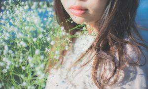 霞草と女性
