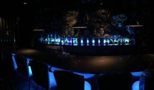 名古屋バーmembersbarjuke-20mあるカウンターと青で統一されたお洒落な店内照明