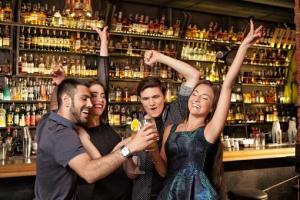 バーで飲む男女