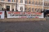 striscione del presidio a Montecitorio 12 aprile 2016 difesa della Costituzione