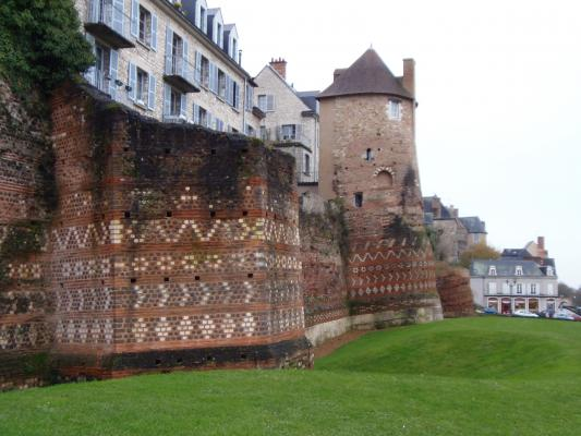 Les murs du mans, construits au début du troisième siècle, sont aussi très représentatifs de l'époque, avec des motifs plus recherchés. Moins d'urgence à ériger les murs sans doute !