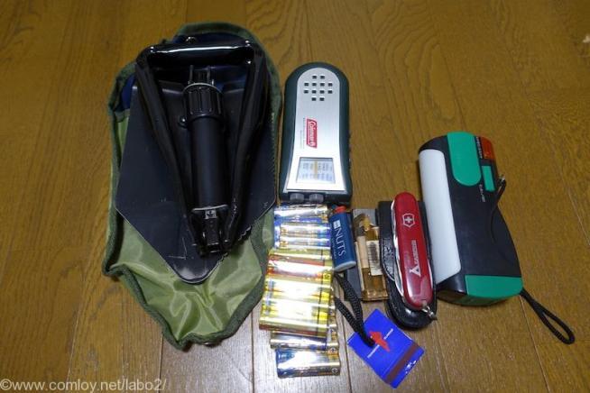 ポータブルシャベルとナイフ、電池類