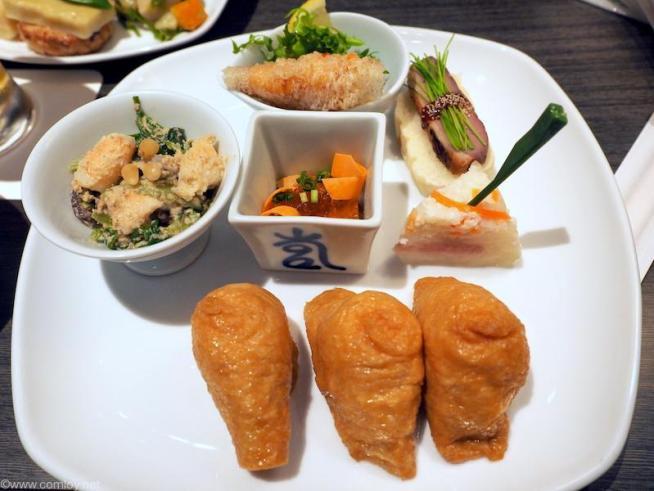 大好きなお稲荷さんと和食的なお惣菜。