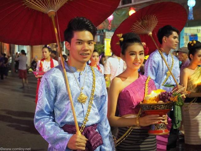 なんともタイらしい民族衣装でのパレードです。
