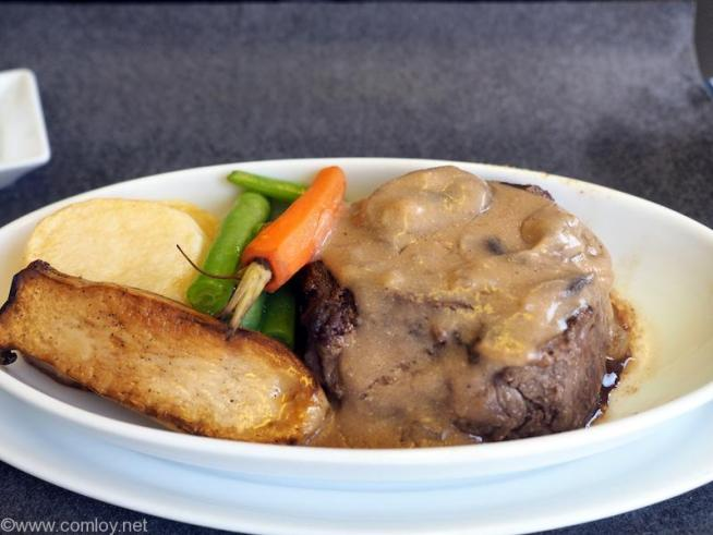 メインディッシュ  牛フィレ肉のグリル ストロガノフソース