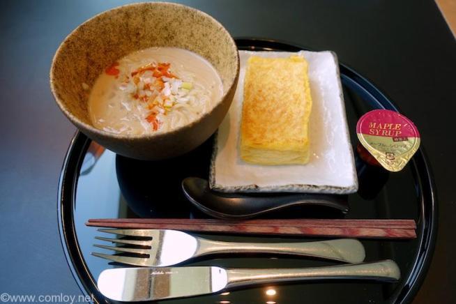 羽田空港 キャセイパシフィク航空ラウンジ 担々麺とフレンチトースト