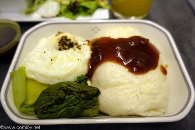 日本航空 JL34 バンコク-羽田 ビジネスクラス 朝食 メインディッシュ  チキンパテとフライドエッグの中華蒸しパンバーベキューソース