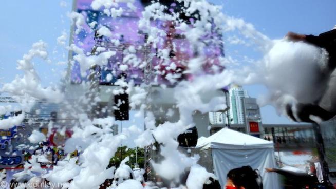 巨大な泡製造機で泡を振りまきます。