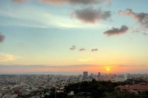 首里城からの夕日
