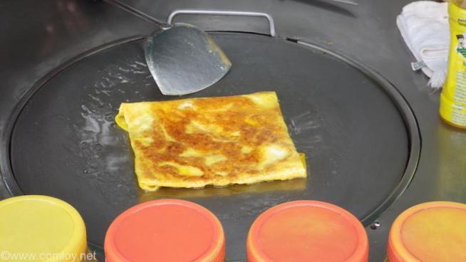 卵とバナナを切ったものを中に入れて焼きます!