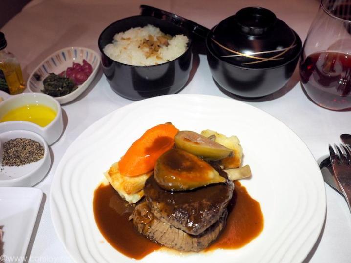全日空 NH807 成田 -バンコク ビジネスクラス 機内食 メインディッシュ 牛フィレ肉のステーキ 秋田県にかほ市産いちじくのローストとポテトのグラタンを添えて