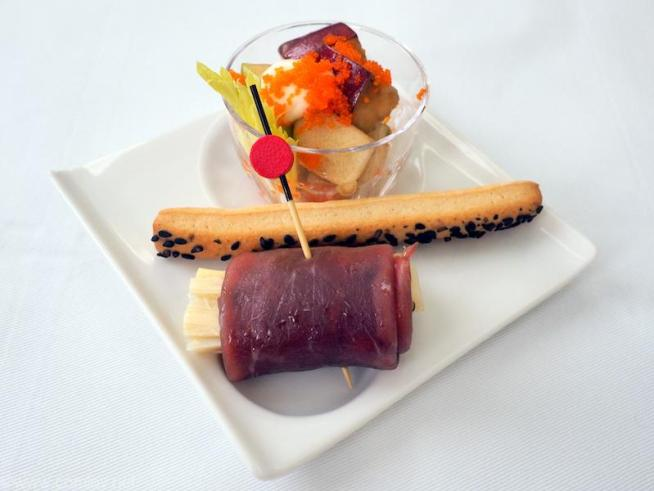 全日空 NH848 バンコクー羽田 ビジネスクラス機内食 アミューズ セロリとリンゴのマヨネーズ和え 蝦子添え 黒胡椒のグリッシーニ ヤシの芽のブレザオラ巻き