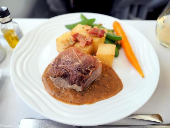 全日空 NH848 バンコクー羽田 ビジネスクラス機内食 メインディッシュ スペックハムを巻いたポーク 粒マスタードのソースを添えて