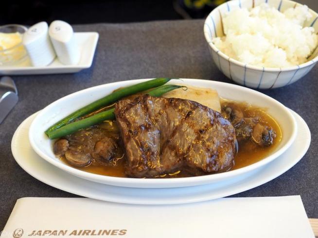 日本航空 JL31 羽田 - バンコク ビジネスクラス 機内食 メインディッシュ  和牛サーロインステーキの燻製コンソメ アンディーブ添え