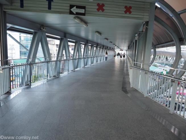 マッカサン駅からペッチャブリ駅までの長〜い廊下