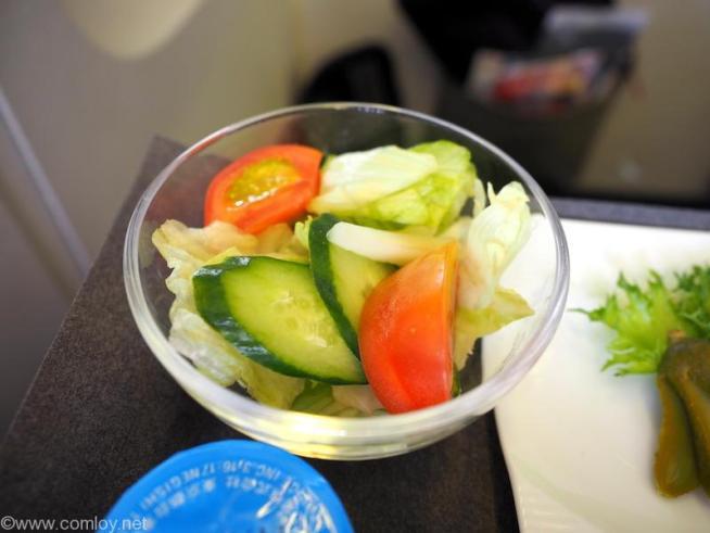 日本航空 JL97 羽田 - 台北(松山)ビジネスクラス機内食 トマトと胡瓜のサラダ イタリアンドレッシング