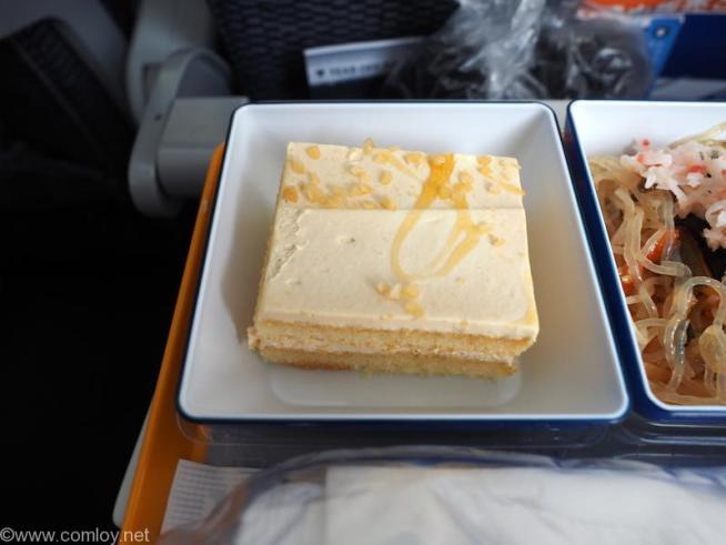 全日空 ANA853 羽田 - 台北(松山)エコノミークラス 機内食 デザートのカラメルケーキ。