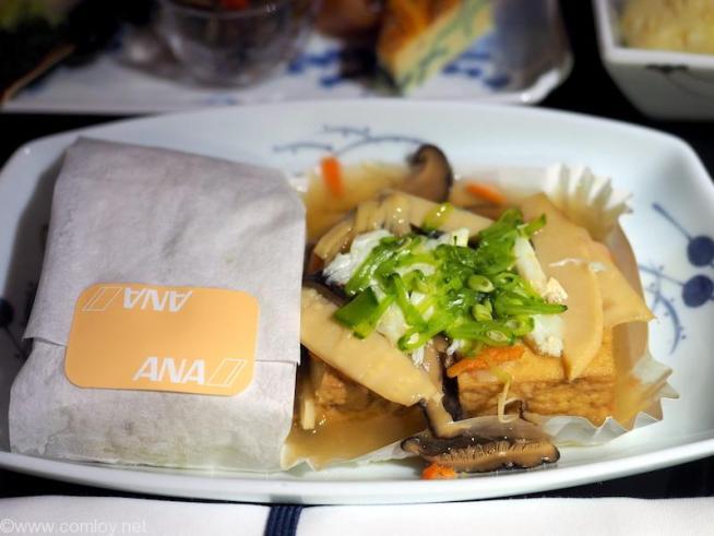 全日空 NH850 バンコク - 羽田 機内食 主菜 生揚げ豆腐の蟹野菜餡掛け 浅蜊とグリーンピースの御飯