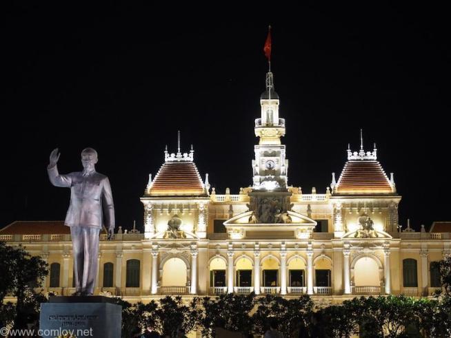 ホーチミン像と人民委員会庁舎