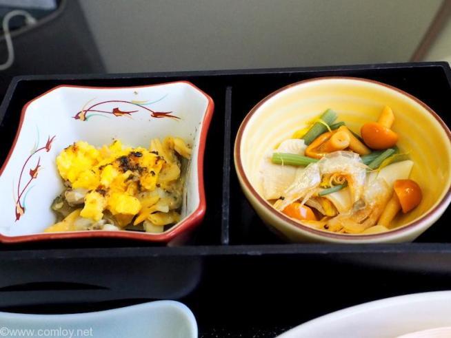 日本航空 JAL906 那覇 - 羽田 ファーストクラス 機内食 小鉢 浅利チャンプルー 白平茸びたし