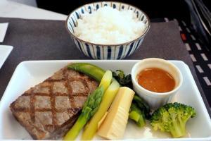 日本航空 JL31 羽田 - バンコク ビジネスクラス 機内食 メインディッシュ 和牛サーロインステーキのマスタードソース