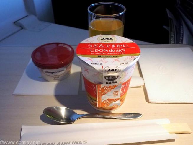 日本航空 JL31 羽田 - バンコク ビジネスクラス 機内食 うどんですかとアイスクリーム