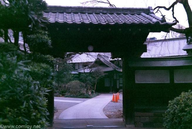 新宿西口お寺の入り口 ISO400フィルムを2段明るくISO100で撮影+1EV追加補正 コントラスト明るさ調整後