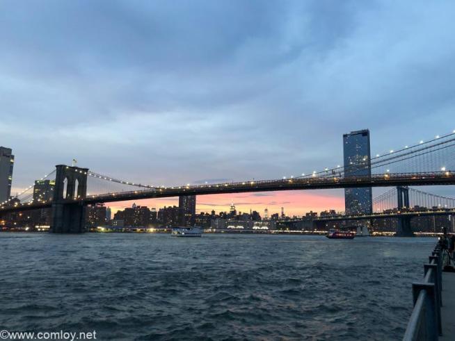 ライトアップされるブルックリン橋