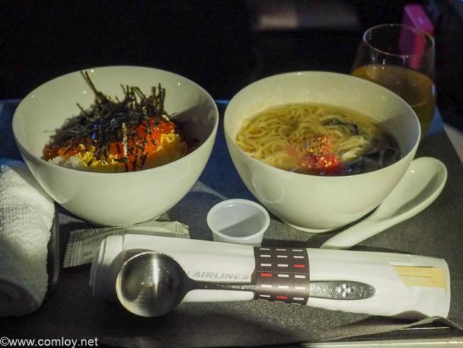 日本航空JL005 ニューヨーク - 羽田 ビジネスクラス機内食 華やかイクラ丼 JAL特製「九州じゃんがら」ヘルシーラーメン
