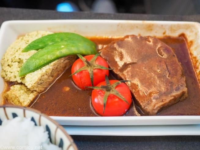 日本航空JL32 バンコク - 羽田ビジネスクラス 機内食 メインディッシュ ビーフシチューと野菜のテリーヌ
