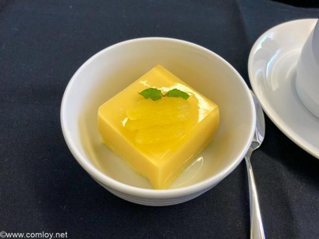 日本航空 JL31 羽田 - バンコク ビジネスクラス機内食 デザート りんごのプリン