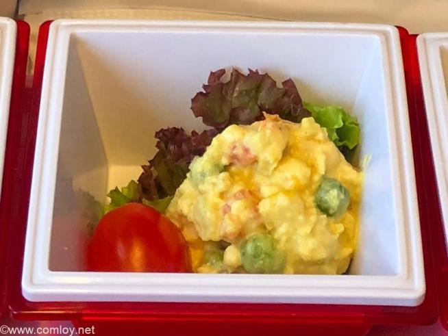 日本航空 JL32 バンコク - 羽田 エコノミークラス機内食 チキンとミックス野菜のサラダ カレー風味