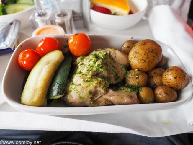 マレーシア航空 MH923 クアラルンプール - ジャカルタ ビジネスクラス機内食 Main Courses Grilled Chicken with Basil Pesto Roast potatoes, vine-ripened cherry tomatoes and courgette batons