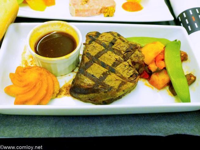 日本航空 JL99 羽田 - 台北(松山) 機内食 メインディッシュ  牛フィレ肉のグリル レフォールソース