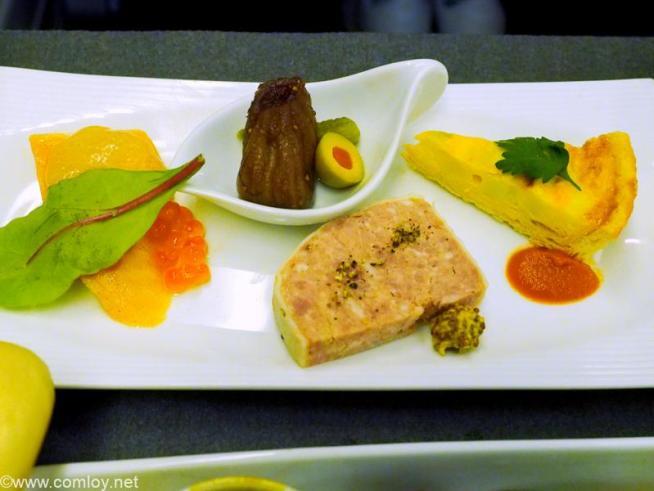 日本航空 JL99 羽田 - 台北(松山) 機内食 サーモンマリネのグレープフルーツ風味 パテドカンパーニュ イチジクのコンポート添え ポロ葱とポテトのキッシュ