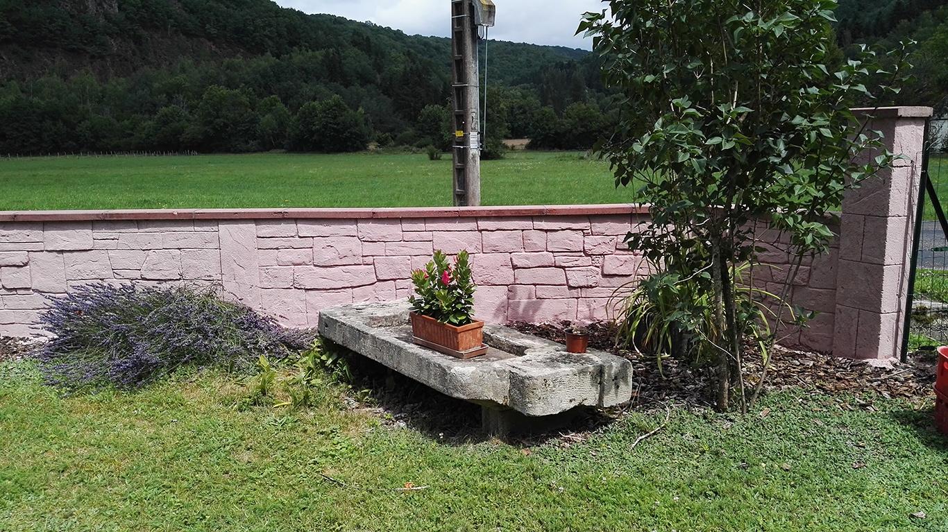 enduit à la chaux sculpté à la main sur muret et pilier de jardin