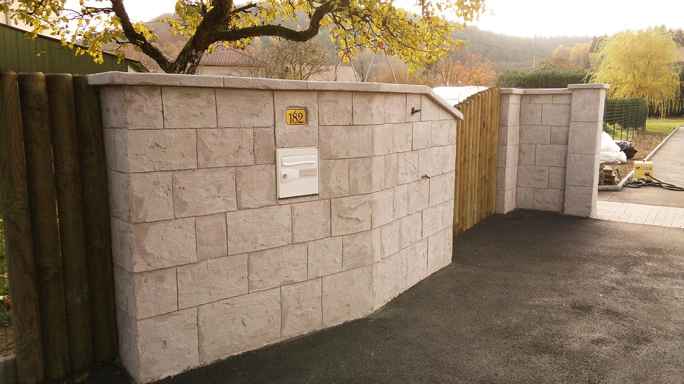 murs de séparation avec pierre de parement couleur grise