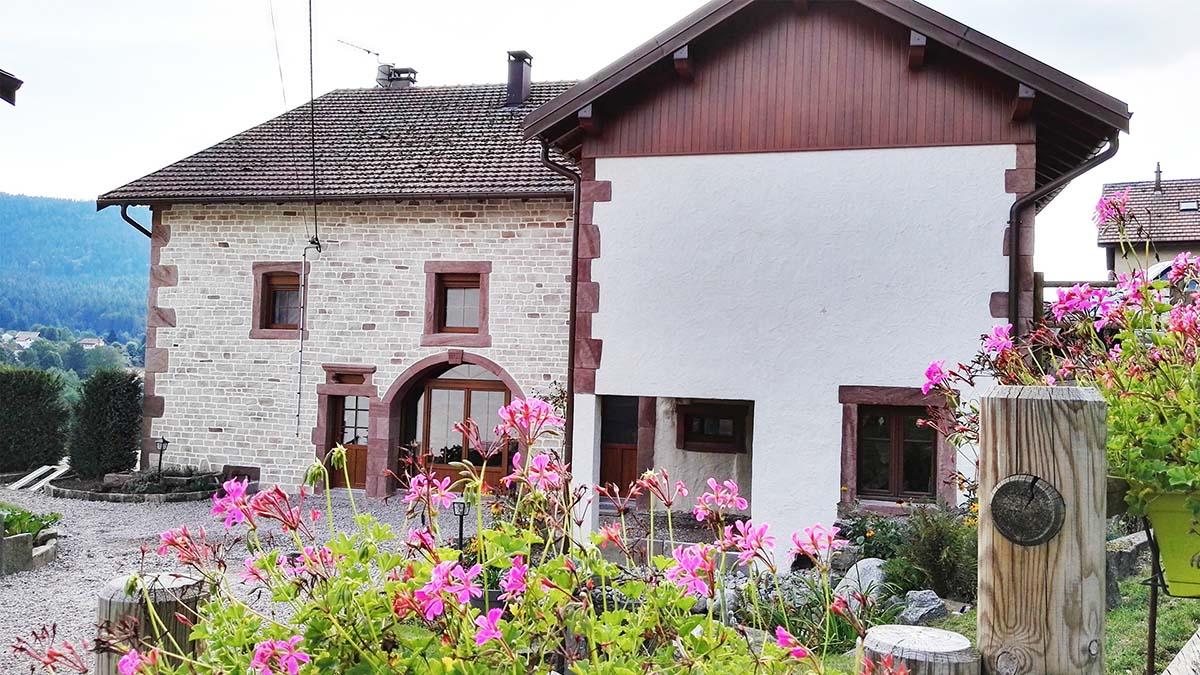crépis à la chaux sur ferme vosgienne a Gerarmer Vosges avec porte fenetres et angles grès rouge