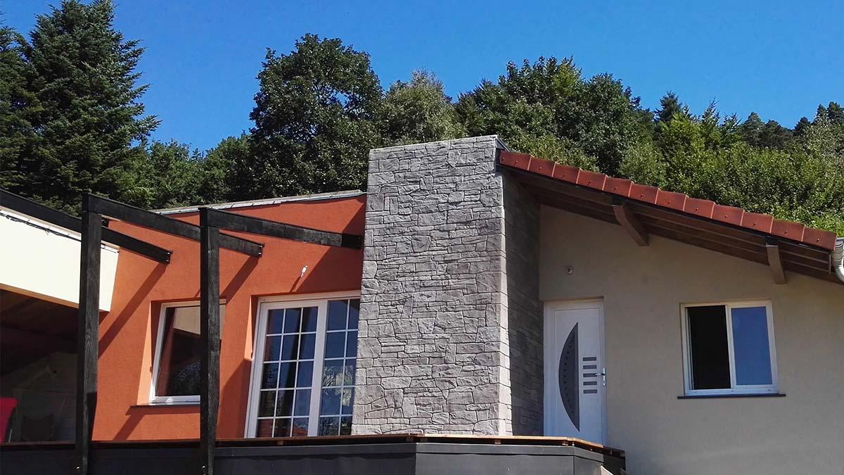 enduit imitation pierre séche grise sur maison ossature bois haute vosges