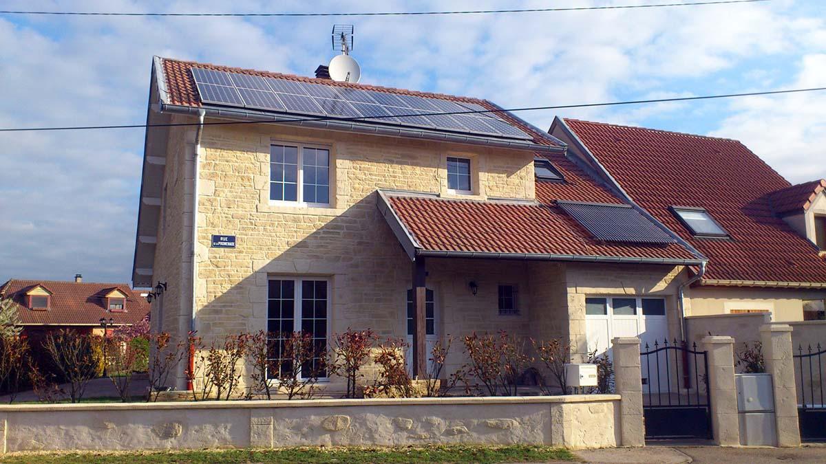 image maison lorraine avec façade enduit fausse pierre