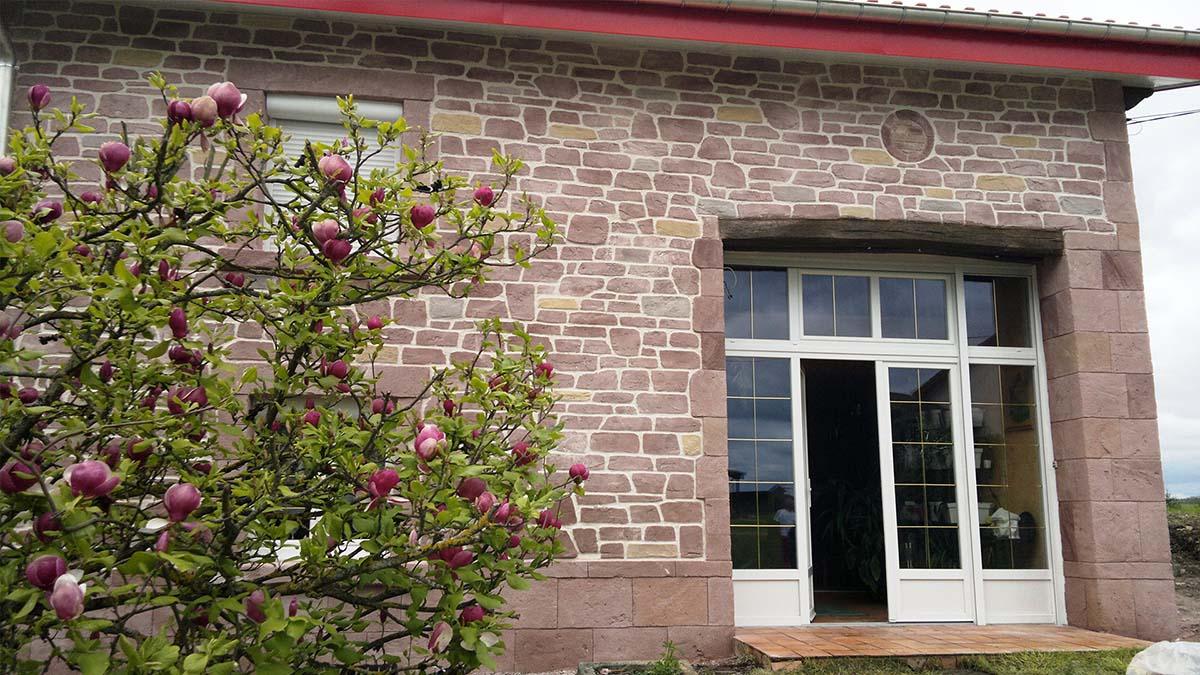 façade avec pierre de parement imitation grès des Vosges rose
