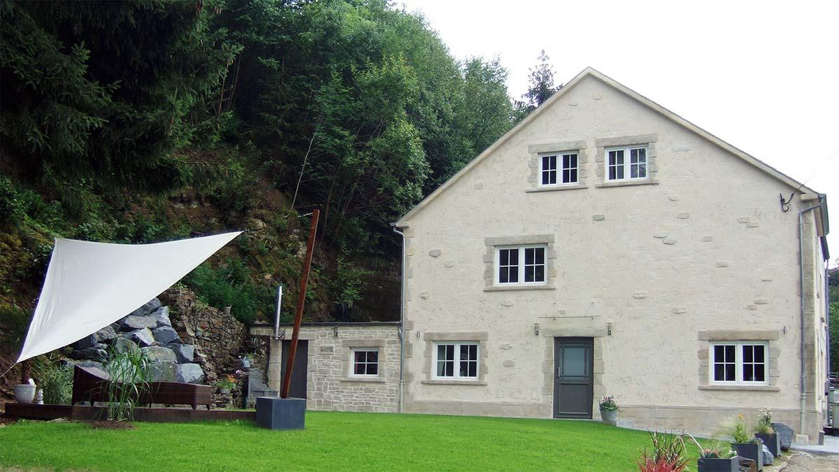 ravalement de façade avec enduit à la chaux traditionnel et imitation pierre