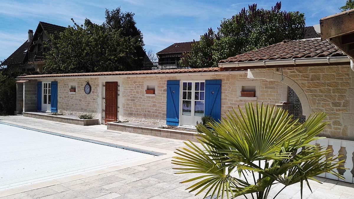 Aménagement extérieur autour d'une piscine avec façade enduit imitation pierre à Nancy 54000