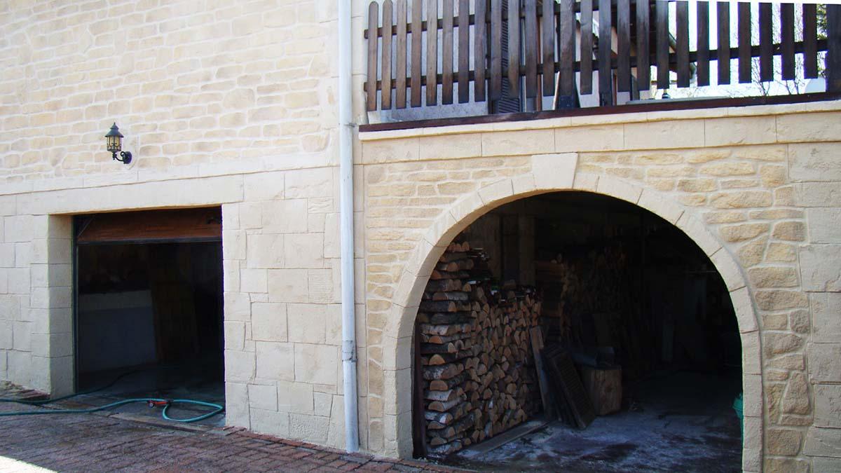 Vue rapproché d'une porte vouté en fausse pierre