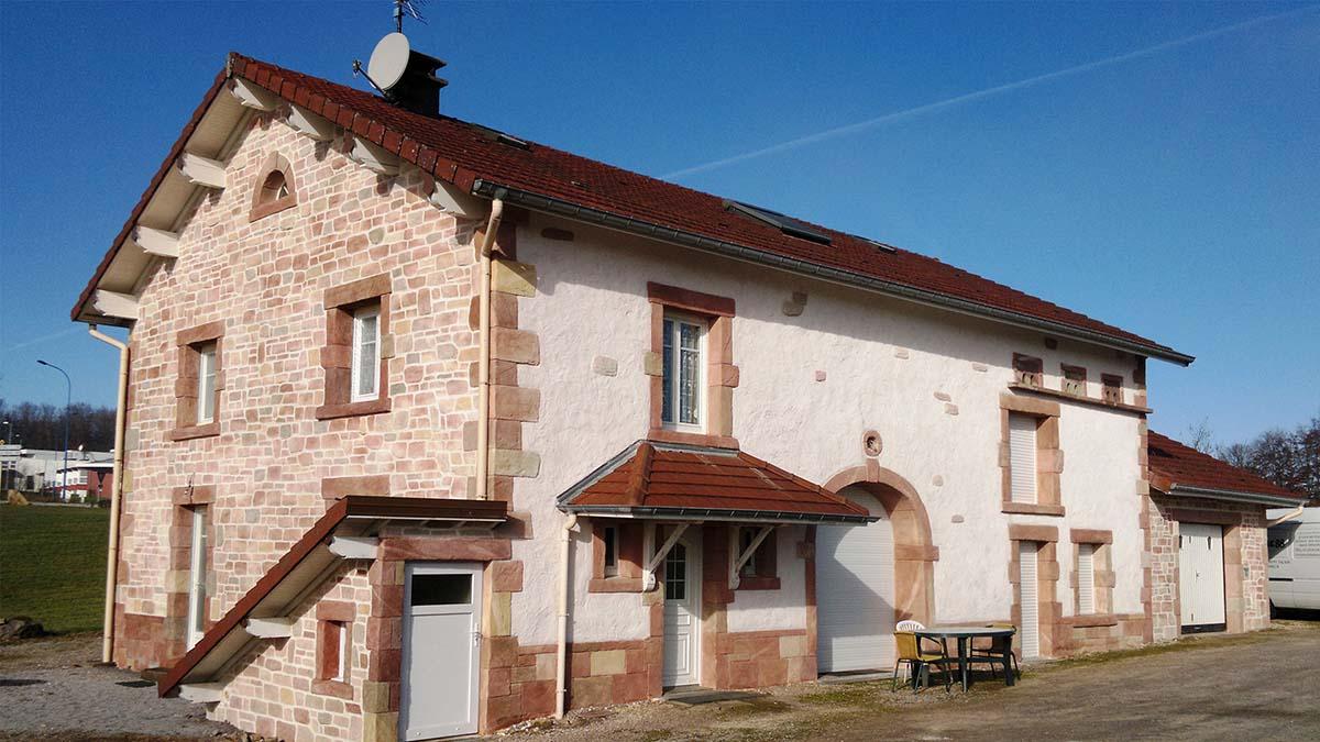 photo de belle maison avec ravalement façade imitation pierre dans les Vosges